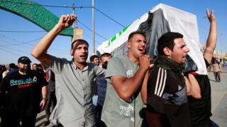 Necef'te ölen bir göstericinin cenaze töreninde de hükümet karşıtı sloganlar atıldı.