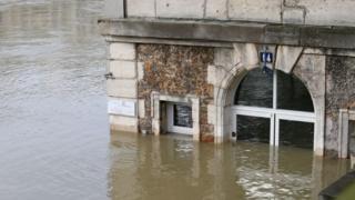 Затопленное здание. Вода доходит до середины окон
