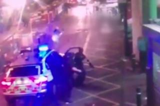 На видеозаписи видно, как полицейские прибывают на место нападения