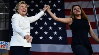 كلينتون برفقة أليسيا ماتشادو في تجمع انتخابي بولاية فلوريدا