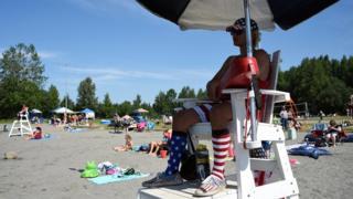 평소 여름에도 니트 모자와 외투를 챙기던 알래스카 주민들은 이날 선크림과 양산을 준비했다