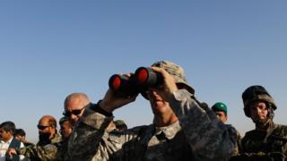 Американский военный с биноклем в Афганистане