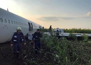 구조팀이 동체 착륙한 러시아 여객기를 살펴보고 있다