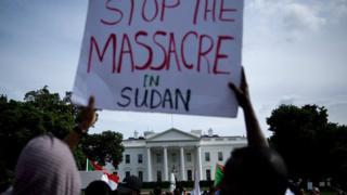 متظاهرون سودانيون أمام البيت الأبيض