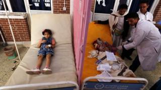Crianças iemenitas sendo tratadas de cólera em foto de setembro de 2017