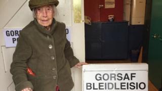 Mae Win Hawkins yn 106 oed