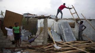 Жители города Ле-Кай пытаются разобрать завалы