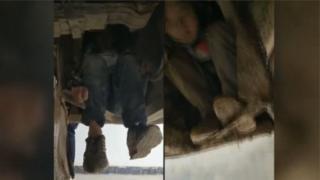 เด็กซ่อนตัวโดยเกาะส่วนใต้ท้องรถไว้แน่น