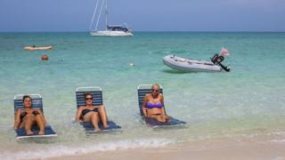 Tres mujeres en una de las islas Bahamas.