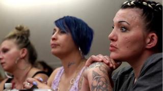 三位女性在法庭