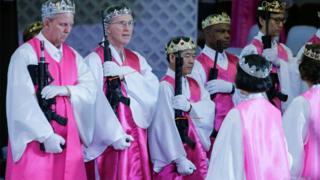 Miembros de la iglesia sostienes sus AR-15