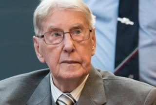 Former SS guard Reinhold Hanning sits in the courtroom to hear his sentencing on 17 June 2016.