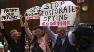 Демонстранти проти Цукерберга в Сенаті