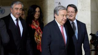 Kuzey Kıbrıs lideri Mustafa Akıncı (solda) ve Kıbrıslı Rum lider Anastasiadis (sağda), BM Genel Sekreteri Antonio Guterres'in (ortada) öncülüğünde müzakerelerini sürdürüyor
