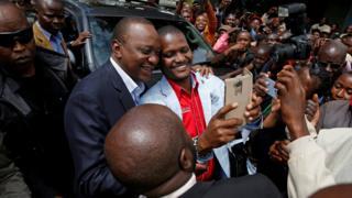 Uhuru Kenyatta na mpiga kura - 26 October 2017
