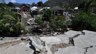 ภาพความเสียหายของบ้านเรือนบนเกาะลอมบอกจากเหตุแผ่นดินไหว