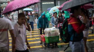 香港尖沙咀彌敦道在颱風訊號下調不久即堆滿市民和遊客(27/8/2017)