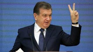Президент Мирзиёев бармоқлари билан ғалаба аломатини кўрсатмоқда.