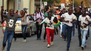 Жители Зимбабве танцуют