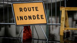 Road sign saying 'road flooded' in French