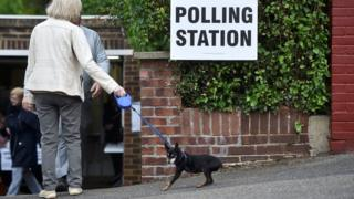 倫敦Coulsdon某投票站外一名女士拖著小狗進門(8/6/2017)