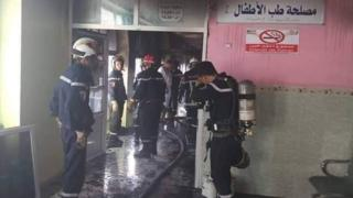 صورة من صفحة الحماية المدنية الجزائرية على فيسبوك لعناصرها وهم يسهمون بعمليات الإطفاء والإنقاذ في المستشفى