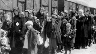 Mujeres y niños deportados en tren a los campos de concentración nazi.