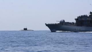 زیردریایی روسی (سمت چپ)