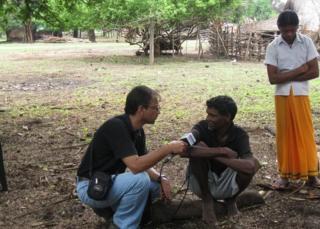 గ్రామస్తులతో బీబీసీ ప్రతినిధి (2012లో)