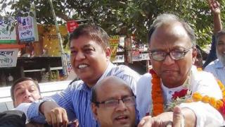 Bangladeshi newspaper editor Mahmudur Rahman (right) celebrates his release on bail from Kashimpur prison in Gazipur, near the capital Dhaka (23 November 2016)