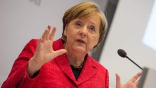 Angela Merkel dando un discruso