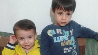 Alan Kurdi, en la izquierda, y su hermano Galib Kurdi