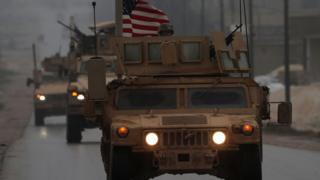 دورية أمريكية تمر في أحد شوارع منبج