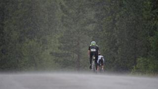 Велисипедисты под дождем
