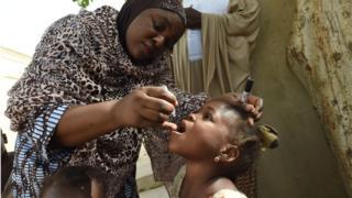 Un enfant recevant le vaccin contre la polio dans le nord du Nigeria