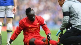 Sadio Mane baad ya kupata jerha la goti katika mechi dhidi ya Everton
