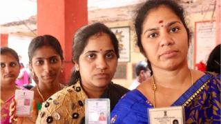 ఆంధ్రప్రదేశ్ ఎన్నికల్లో ఓటేసేందుకు క్యూలో నిలబడ్డ ఓటర్లు
