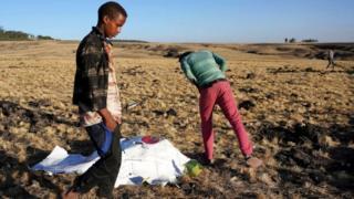اطفال يبحثون في موقع تحطم الطائرة