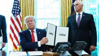 Presiden Trump di Gedung Putih menunjukkan perintah eksekutif tentang sanksi terhadap pemimpin tertinggi Iran pada 24 Juni 2019.