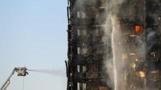 Los bomberos combatiendo las llamas de la Torre Grenfell, un bloque de viviendas sociales del oeste de Londres.