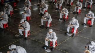 Bu fotoğraf ise Honda fabrikasında üretimin yeniden başladığı günlerde, 23 Mart'ta öğle arası sırasında çekilmişti. Ocak ayı sonunda kapanan fabrika 11 Mart'tan itibaren kademeli olarak çalışmaya başlamıştı.