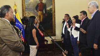 Gobernadores electos de la oposición juramentándose ante la Constituyente.