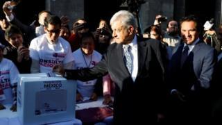 López Obrador vota en la consulta