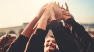 Mujeres estrechando las manos