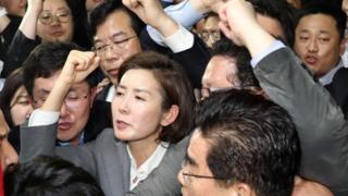 '패스트트랙 불법' 구호외치는 자유한국당 의원들