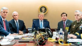 تصویری که کاخ سفید از اتاق عملیات کاخ سفید در حین یورش به مخفیگاه ابوبکر بغدادی منتشر کرده است