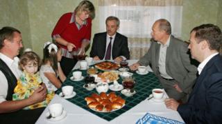 Путин и Савченко пьют чай в белгородской семье в сентябре 2007 года