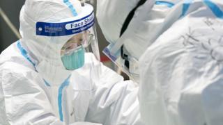 武汉大学中南医院重症隔离病房,医护人员对病人进行治疗。