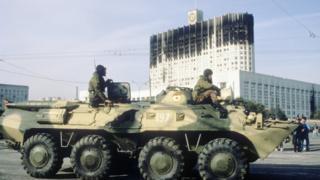 Москва, 4 октября 1993 года: войска и бронетехника у Дома Советов