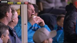 Shaw comiéndose su empanada